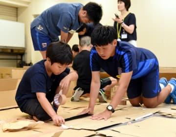 避難所生活を想定し、段ボールを使って仕切りを作る参加者たち
