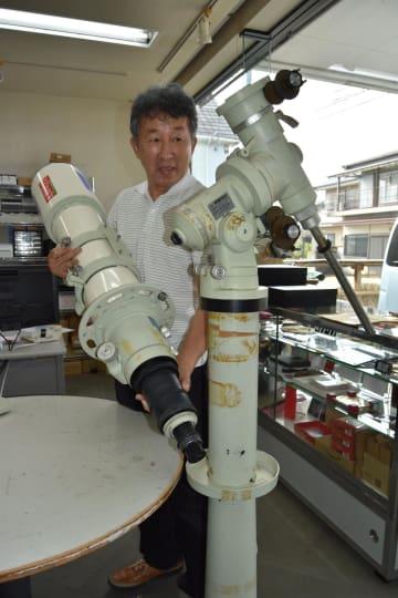 みとこ荘にあった天体望遠鏡を手入れする丸岡さん=海陽町四方原