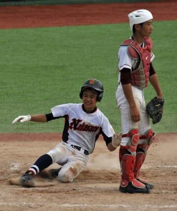 【中学生の部決勝・中里中-浦町中】5回表、中里中無死一塁、三上(左)が右中間に適時三塁打を放ち、浦町中の送球が遅れる間に本塁にかえり4-3と逆転。捕手・工藤=弘前市はるか夢球場