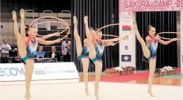 美しいフープの演技を披露するベラルーシ新体操チームの選手たち