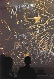 打ち上げ花火を映し出す大型シアター