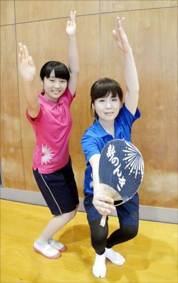 毎回高松から練習に通う春日さん(右)と園子さん=徳島市の川内南小学校