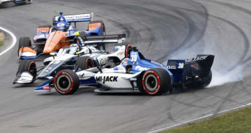 インディカー・シリーズ第13戦、スピンするホンダの佐藤琢磨=29日、米オハイオ州レキシントン(AP=共同)