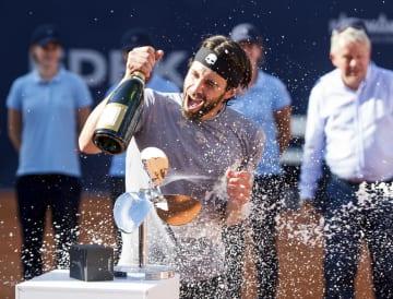 テニスのドイツ選手権でジョージア勢で史上初の男子ツアー優勝を果たしたニコロズ・バシラシビリ=29日、ハンブルク(AP=共同)