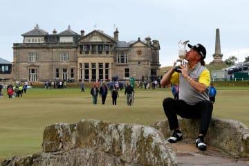 ゴルフの全英シニアオープン選手権で、メジャー通算2勝目を挙げたミゲルアンヘル・ヒメネス=29日、英セントアンドルーズ(ゲッティ=共同)