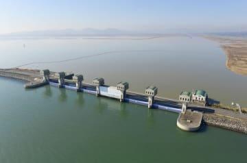 長崎県の国営諫早湾干拓事業の堤防排水門。手前は有明海、奥は調整池=2017年2月15日
