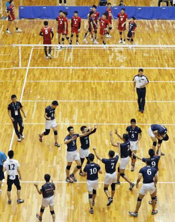 初優勝し喜ぶ市尼崎の選手たち(手前)。奥は洛南の選手たち=三重交通Gスポーツの杜伊勢