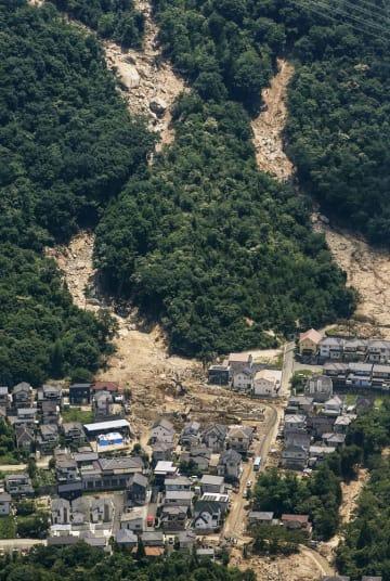 広島県熊野町の土砂崩れ現場=14日