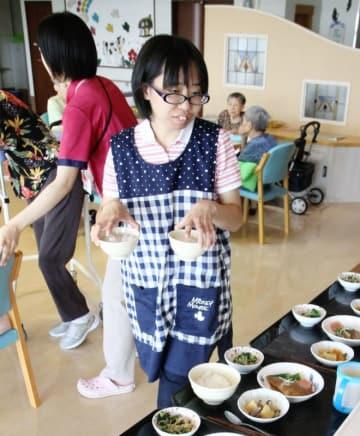 入所者の食事を準備する平橋知美さん=7月27日、福井県坂井市のスプリングヒルズ