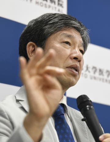 iPS細胞を利用し、パーキンソン病患者への治験を実施することを発表した京都大の高橋淳教授=30日午後、京都市