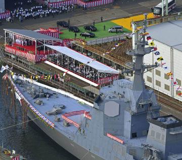 進水式が行われた海上自衛隊の新型イージス艦「まや」=30日午後、横浜市磯子区(共同通信社ヘリから)