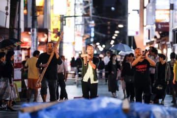路上でダンスを披露する「新人Hソケリッサ!」(撮影:岡本千尋)