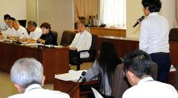 市議会文教こども委員会で答弁する弁護士(右奥)=30日午後、神戸市役所