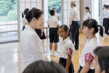 「豆記者」と懇談される皇太子妃雅子さま=30日午後、東京・元赤坂の東宮御所(宮内庁提供)
