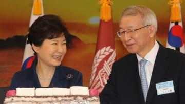 2015年1月、行事に出席した梁承泰最高裁長官(右)と朴槿恵大統領(いずれも当時)=韓国・鶏竜(聯合=共同)