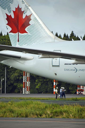 工事中の誘導路に誤って進入し停止したエア・カナダ機=30日午後5時26分、成田空港