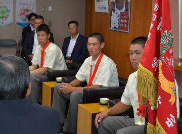 小野寺副知事を表敬訪問した土浦日大の選手ら=県庁