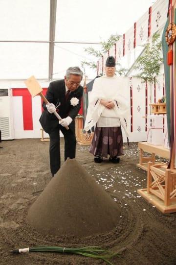 みなとみらいキャンパスの起工式でくわ入れを行う神奈川大の牧内理事長=横浜市西区