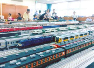 往年の東海道線の急行電車(手前)など新旧車両が並んだ昨年の会場。1両が25センチほどある(鉄道友の会神奈川サークル提供)