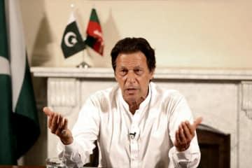 パキスタンの首都イスラマバードで演説するパキスタン正義運動(PTI)のカーン党首=26日(PTI提供・AP=共同)