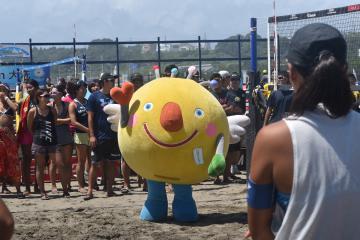 茨城国体のビーチバレーボール競技のリハーサル大会に登場した「いばラッキー」=29日、大洗町の大洗サンビーチ