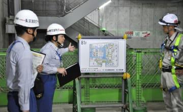 工事関係者(右)から避難経路を確認する東京消防庁の職員=31日午前、東京都千代田区