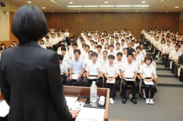 高瀬さんの話に耳を傾ける新規採用の教員たち=30日午前、那須町湯本