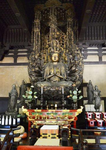三十三間堂の千手観音坐像の周りで配置換えされた二十八部衆像=31日午前、京都市