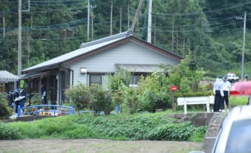 男性が遺体で発見された住宅=26日午後6時15分、栃木市