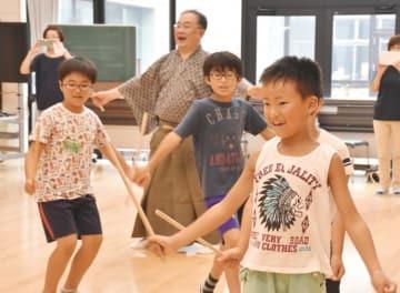 能のせりふや舞の稽古に取り組む子どもたち