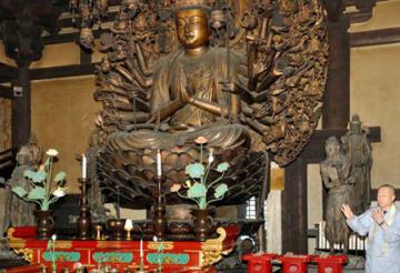 中尊の千手観音坐像(中央)の周りに新たに配列された「婆籔仙」(右手前)などの4体の立像=31日午前7時18分、京都市東山区・三十三間堂