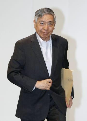 金融政策決定会合に出席するため、日銀本店に入る黒田総裁=31日午前