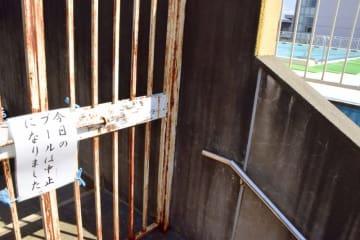 開放中止を知らせる紙が張られた坂井市高椋小のプール=7月30日、福井県坂井市