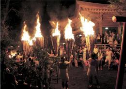 東日本大震災前年の2010年の麓山の火祭り(富岡町役場提供)