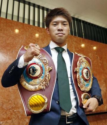 WBOフライ級王者の木村翔に挑戦すると発表し、ポーズをとる田中恒成=31日、名古屋市
