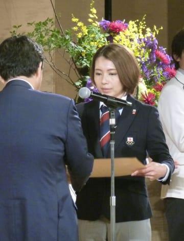 表彰されるカーリング女子の本橋麻里=31日午後、東京都港区