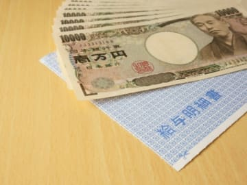 給与明細書とは、給与の額やその内訳、社会保険料などの控除項目とその金額、差引支給額などを書き出した文書のこと。家計のやりくりに役立つだけでなく、税金や社会保険料の推移を確認することもできます