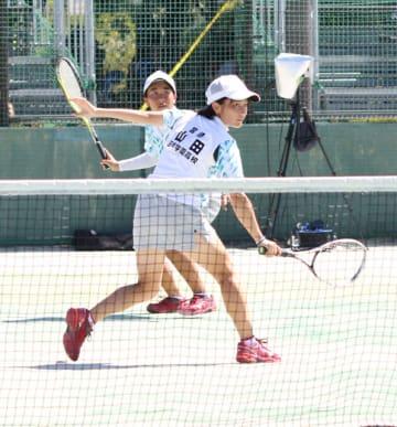 【ソフトテニス女子個人2回戦】健闘を見せた日南学園の山田(手前)と片平=三重交通Gスポーツの杜鈴鹿
