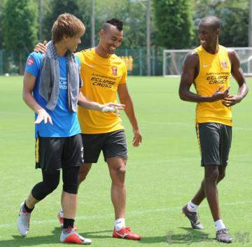 非公開練習後、笑顔を見せる浦和の(右から)マルティノス、ファブリシオ、福島=31日午前、さいたま市内