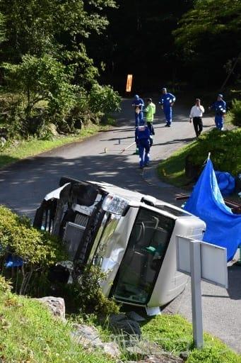 横転した事故車両。コテージから下りてきた道を調べる捜査員=上野村勝山、午後3時45分ごろ