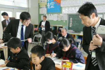 巡回指導で数学の授業を見学する県教委の指導主事ら=昨年12月、中津市の中津中学校