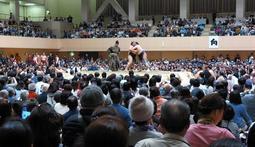 「満員御礼」。昨年4月の大相撲宝塚場所=宝塚市小浜1、市立スポーツセンター
