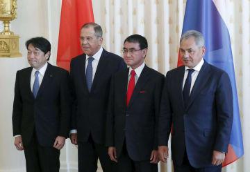 写真撮影に応じる日ロの閣僚。(左から)小野寺防衛相、ラブロフ外相、河野外相、ショイグ国防相=31日、モスクワ(ロイター=共同)