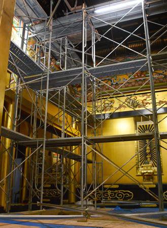 柱を支えるため、足場が組まれた御影堂の内部(京都市下京区・興正寺)
