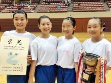 女子団体で県勢初優勝を果たした厨川。(左から)小野桃香、佐藤美月、佐々木桃子、門脇美佑