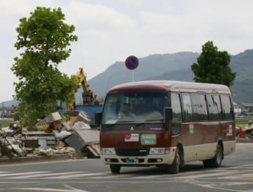 岡山県倉敷市真備町地区を循環する「復興支援バス」=1日午前