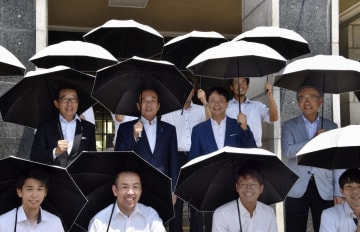 贈呈された日傘を差す上田清司知事(中央左)と「日傘男子広め隊」=1日午前、埼玉県庁