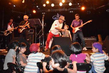 ライブハウス内のステージイベントでは、子どもたちが最前列でかぶりつき