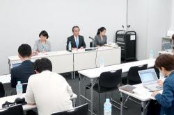 18年4~6月期決算を発表した京セラの会見。谷本社長(中央)は、電子部品の需要は堅調と強調した=大阪市中央区・大阪取引所