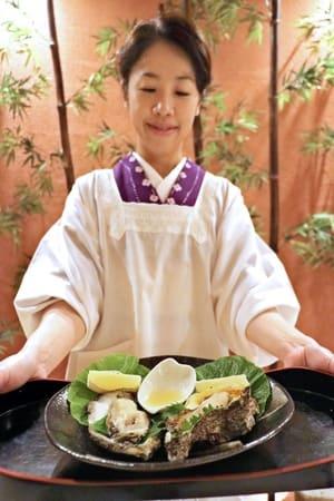 「鮨かっぽう桂」で提供されるレモンのみぞれ酢添え岩ガキ=新発田市